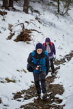 Caminhantes da família no inverno Imagem de Stock Royalty Free