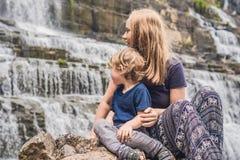Caminhantes da mãe e do filho, turistas no fundo de surpreender Pon Fotografia de Stock