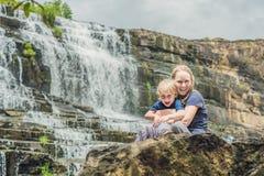 Caminhantes da mãe e do filho, turistas no fundo de surpreender Pon Fotos de Stock Royalty Free