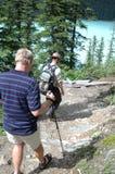 Caminhantes de Lake Louise fotos de stock royalty free