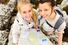 Caminhantes despreocupados com um mapa fotos de stock royalty free
