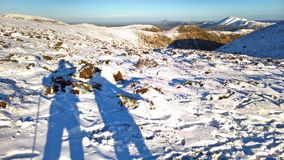 Caminhantes do monte na neve do inverno em Inglaterra Fotografia de Stock Royalty Free