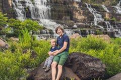 Caminhantes do pai e do filho, turistas no fundo de surpreender Pon Imagem de Stock Royalty Free