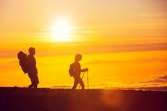 Caminhantes do por do sol Imagem de Stock