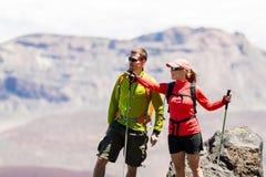 Caminhantes dos pares nas montanhas altas Fotografia de Stock Royalty Free
