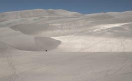 Caminhantes em dunas de areia Fotografia de Stock