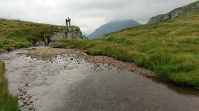 Caminhantes em montanhas de Fagaras foto de stock royalty free