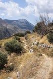 Caminhantes em Polyrenia, Creta, Grécia fotografia de stock royalty free