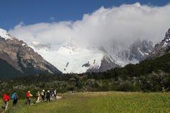 Caminhantes em trajetos a Cerro Torre Fotografia de Stock