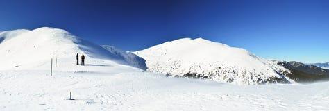 Caminhantes em um cume da montanha Fotografia de Stock Royalty Free