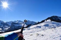 Caminhantes em um ladscape nevado Fotos de Stock Royalty Free