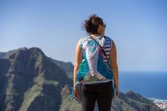 Caminhantes fêmeas que apreciam a vista cênico do parque nacional de Anaga fotografia de stock royalty free