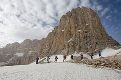 Caminhantes na base máxima de montanha Foto de Stock Royalty Free