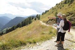 Caminhantes na fuga alpina Fotografia de Stock