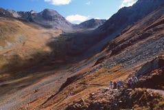Caminhantes na fuga aos alpes Langard, perto de St. Moritz, Switzerland Fotografia de Stock Royalty Free