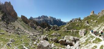 Caminhantes na fuga, Pizes di Cir, dolomites, Itália Foto de Stock