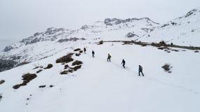 Caminhantes na montanha no inverno fotografia de stock