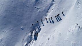 Caminhantes na neve imagem de stock