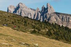 Caminhantes na trilha ao grupo de Geisler nas dolomites Foto de Stock