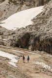 Caminhantes na trilha nas dolomites Imagem de Stock Royalty Free