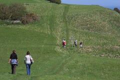 Caminhantes no campo Fotografia de Stock Royalty Free