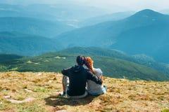 Caminhantes no pico de montanha Imagem de Stock