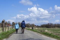 Caminhantes no Westerlanderkoog fotografia de stock royalty free