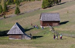 Caminhantes nos Carpathians orientais fotografia de stock