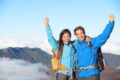Caminhantes - povos que caminham cheering na parte superior da cimeira fotos de stock royalty free