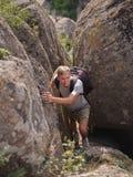 Caminhantes que andam nas montanhas conceito do objetivo, do sucesso, da liberdade e da realização Fotografia de Stock Royalty Free