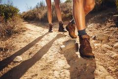 Caminhantes que andam no trajeto do país Foto de Stock