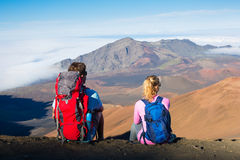 Caminhantes que apreciam a vista da parte superior da montanha fotografia de stock