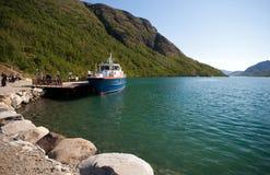 Caminhantes que deixam o barco em Memurubu Turisthytte Fotos de Stock Royalty Free