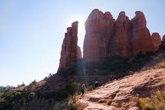 Caminhantes que escalam até o pico para ver formações de rocha vermelhas de sedona do parque nacional do deserto do Arizona imagem de stock
