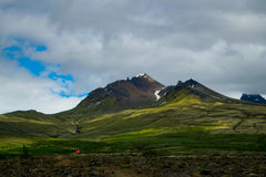 Caminhantes que negligenciam uma cordilheira no parque nacional de Skaftafell, Islândia imagens de stock royalty free
