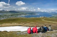 Caminhantes que olham a cidade de Tromso Fotos de Stock Royalty Free