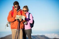 Caminhantes que olham o mapa da fuga Fotografia de Stock Royalty Free