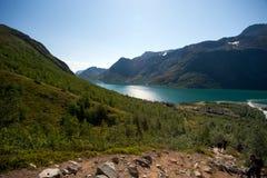 Caminhantes que tomam a rota através do cume em Bessegen Fotos de Stock