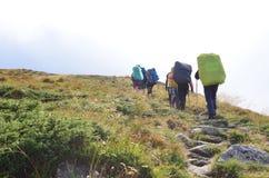Caminhantes que trekking em montanhas de Crimeia fotografia de stock