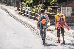 Caminhantes, turistas extremal que andam a Meteora fotografia de stock