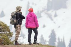 Caminhe e aventure-se na montanha com turistas bem vestidos Imagens de Stock Royalty Free