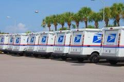 Caminhões do serviço postal do Estados Unidos em uma fileira longa Imagens de Stock