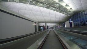 Caminho às portas em Hong Kong Airport em Hong Kong, China filme