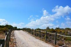 Caminho com a cerca de madeira e da corda imagem de stock