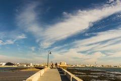 Caminho de pedra de Paseo Fernando Quinones que conduz à cidade de Cadiz foto de stock royalty free