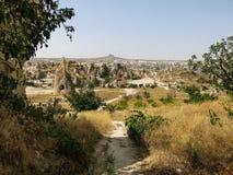 Caminho que conduz com as formações de rocha de Cappadocia Fotos de Stock Royalty Free