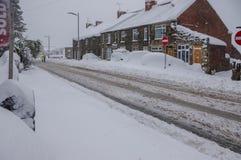 Caminhos profundos da coberta da neve do inverno e carros do enterramento Fotos de Stock Royalty Free