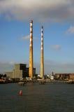 Camini alti, centrale elettrica di Poolbeg, Dublino fotografia stock