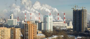 Camini della pianta della cogenerazione Mosca, Russia Fotografia Stock Libera da Diritti
