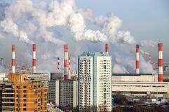 Camini di fumo della centrale elettrica Mosca, Russia Fotografia Stock